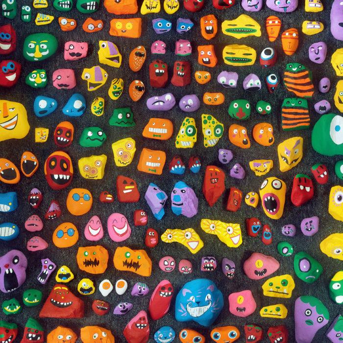 muchas rocas pintadas conc aritas