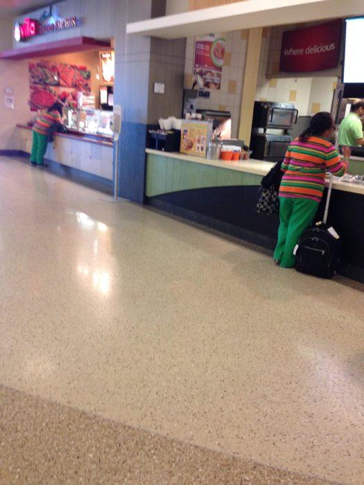 dos personas vestidas de la misma manera
