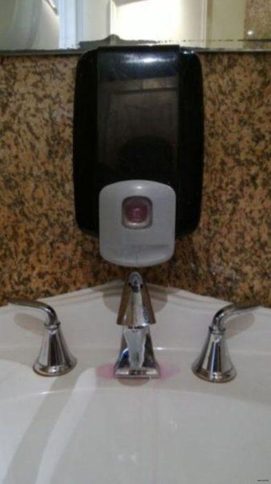 dispensador de jabón mal instalado