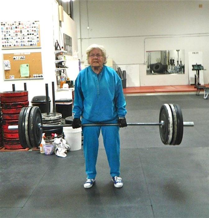 anciana con pesas