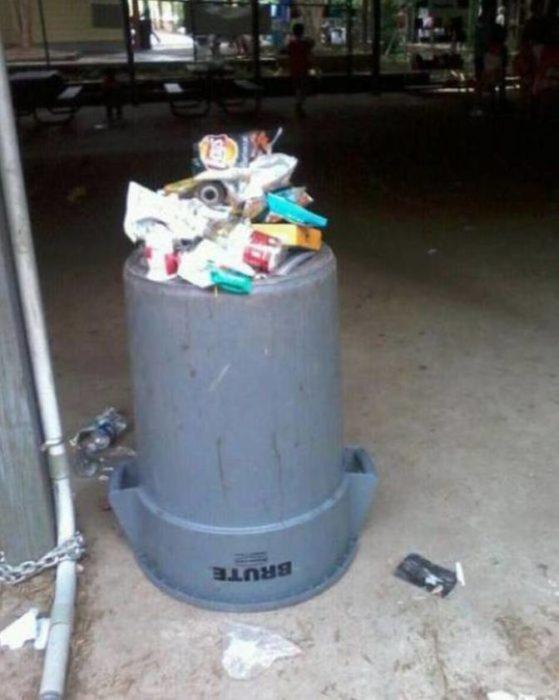 bote con basura al revés