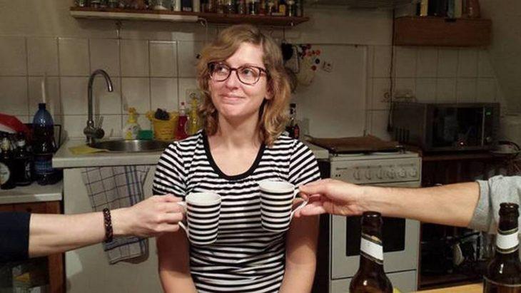 camisa de mujer combina con dos tasas