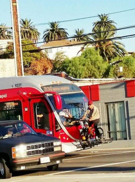 señor en bici arriba de un camión
