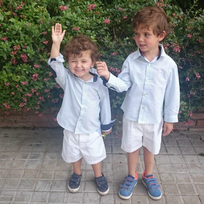 niños vestidos igual