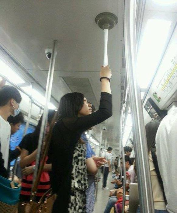 mujer se sostiene con destapacaños en un autobús