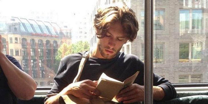 joven leyendo en el autobús