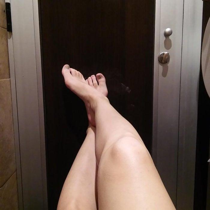 piernas, de fondo puerta negra