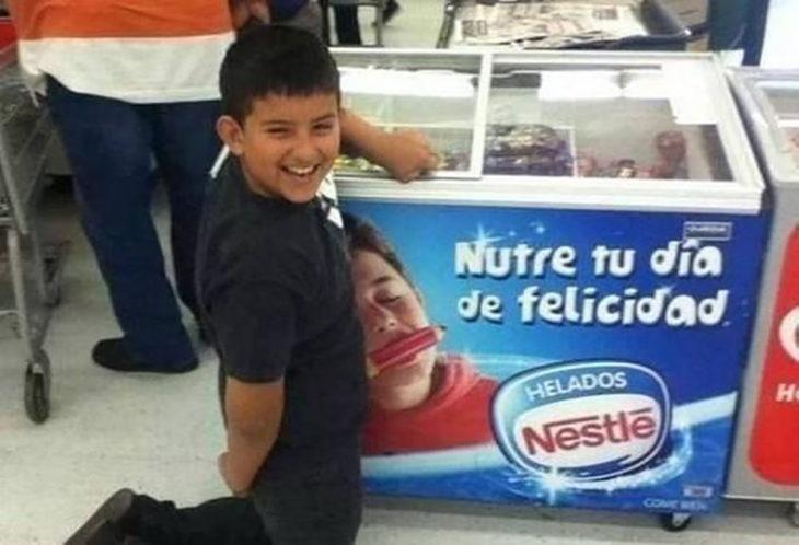 niño hincado frente a refrigerador de helados