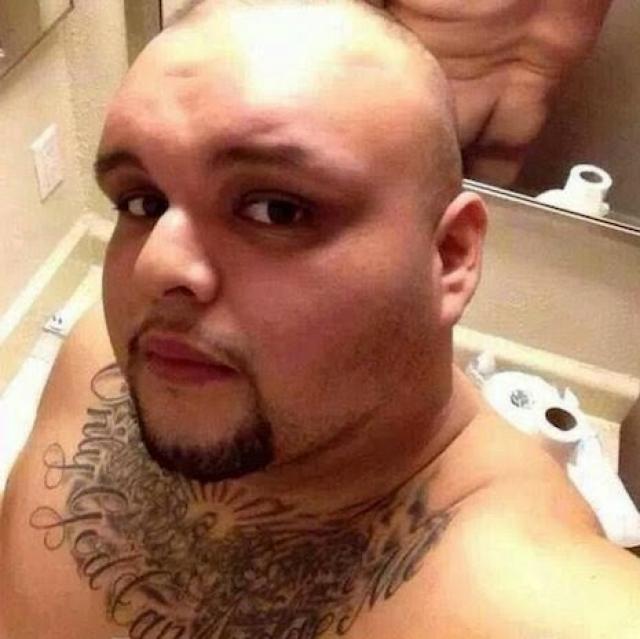 hombre pelón se le ve el trasero en el espejo