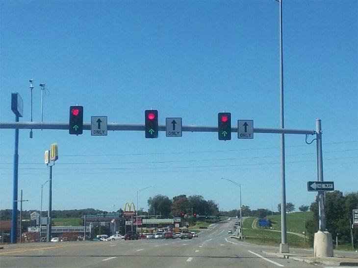 3 semáforos simultáneamente en verde o en rojo