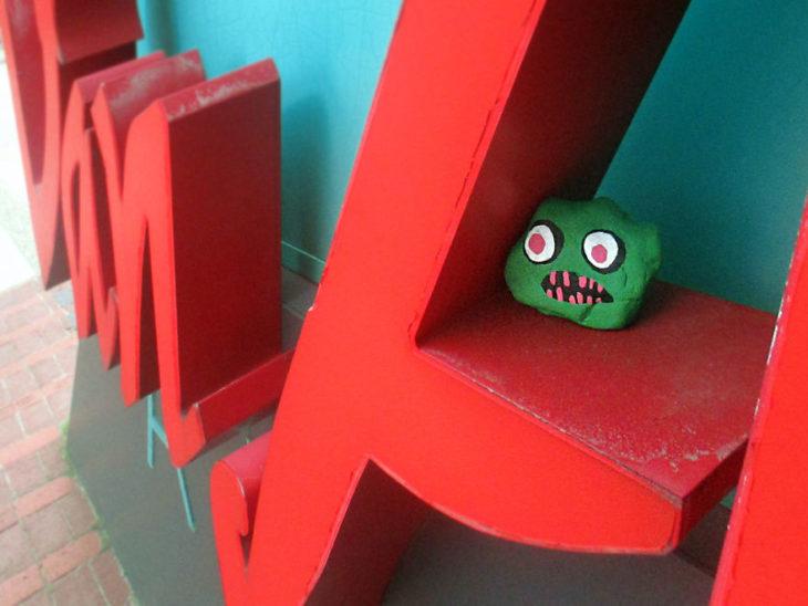 roca con cara de monstruo verde