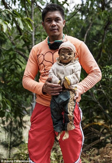 muchacho cargando a bebé muerto