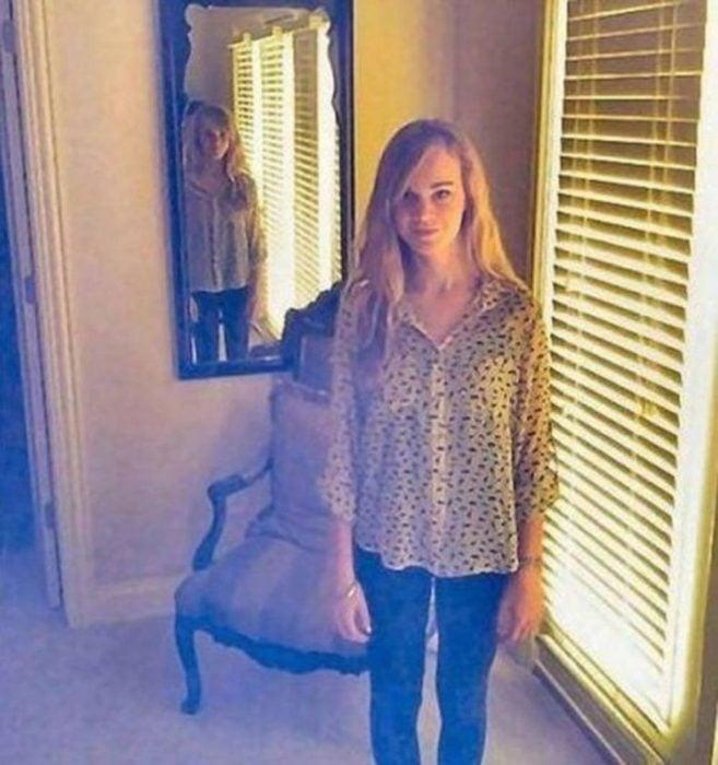 reflejo aterrador de persona en el espejo