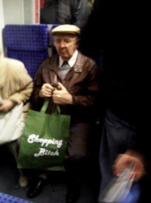 anciano con bolsa verde