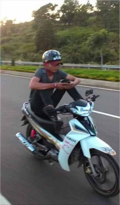 muchacho en moto manos libres