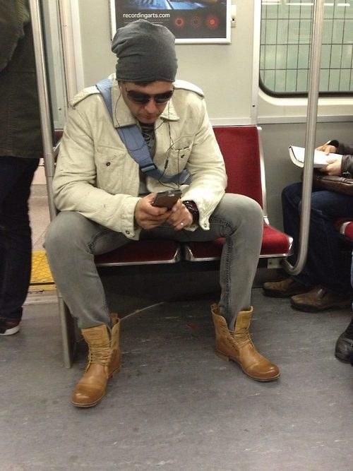 chico abierto de piernas ocupa 2 asientos