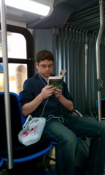 muchacho leyendo en el transporte público