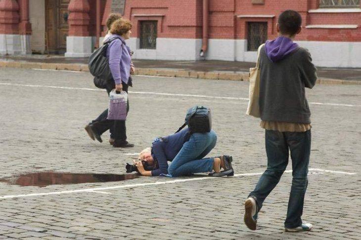 fotógrafa posada en el piso