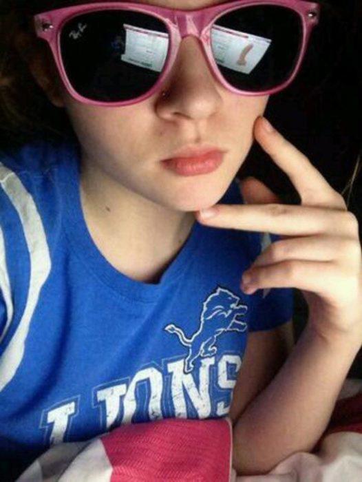 selfie mujer con lentes de sol reflejan un vibrador