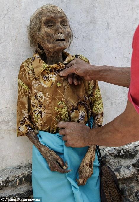 vistiendo cadáver de viejita