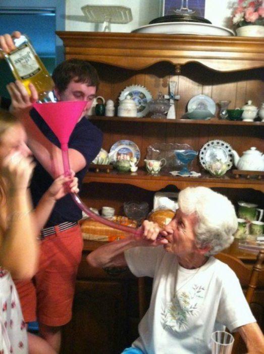 abuela bebiendo alcohol