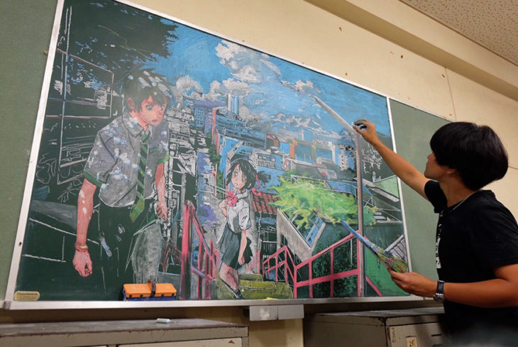 maestro dibuja anime en pizarrón