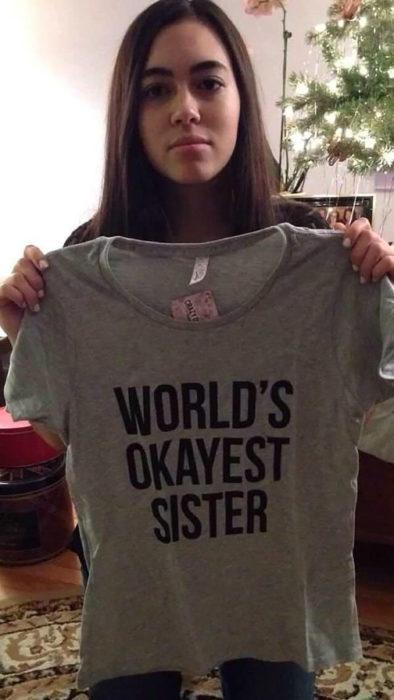 muchacha modelando camisa