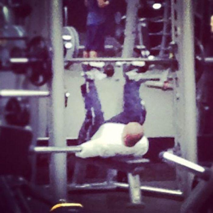 hombre haciendo pesas de forma incorrecta