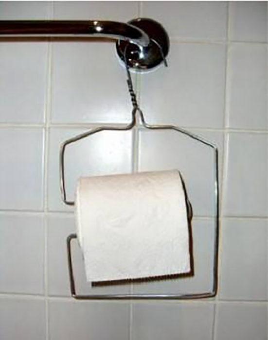 gancho de ropa sostiene papel higiénico