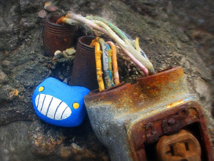 roca azul sonriente
