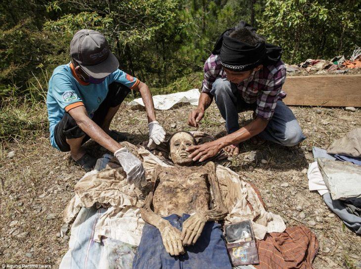 personas desenterrando un cadáver