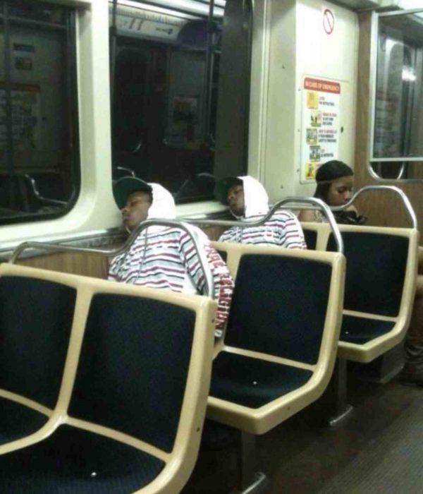 personas vestidas igual en el autobús