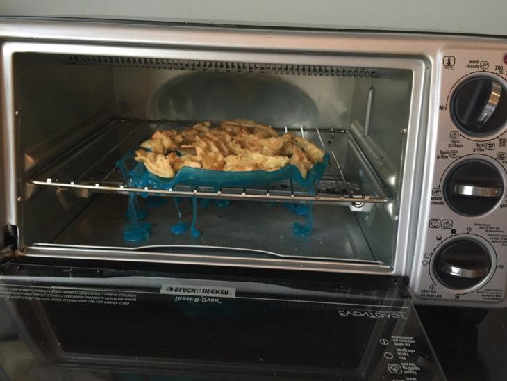 bandeja de plástico derretida dentro del microondas
