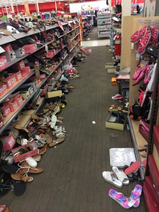departamento de zapatos desacomodado