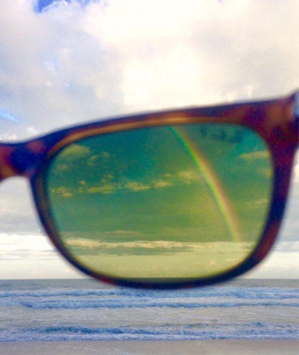 arcoíris visto a través de lentes