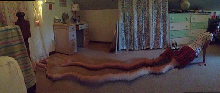 muchacha con piernas muy largas por foto panorámica fallida
