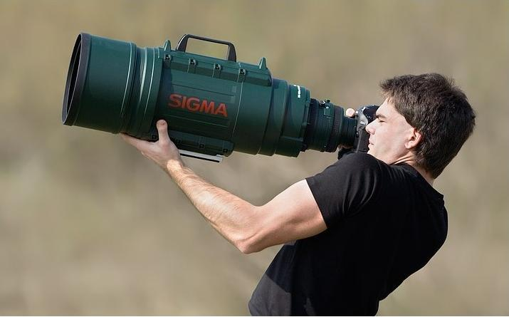 fotógrafo con lente enorme