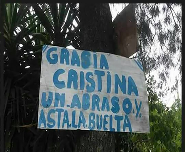 cartel mal escrito en un árbol