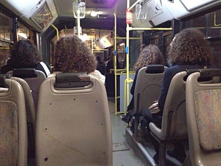 4 chicas de cabello rizado en autobús