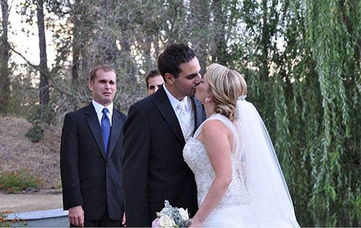 hermano viendo boda de su hermana