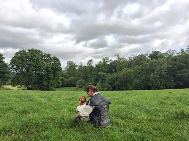 el cazador con su hija en el set de la película
