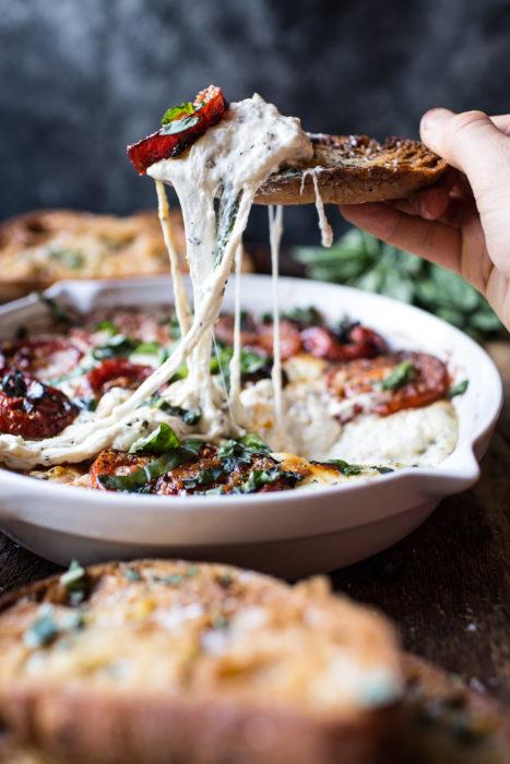 platillo con queso y totopos