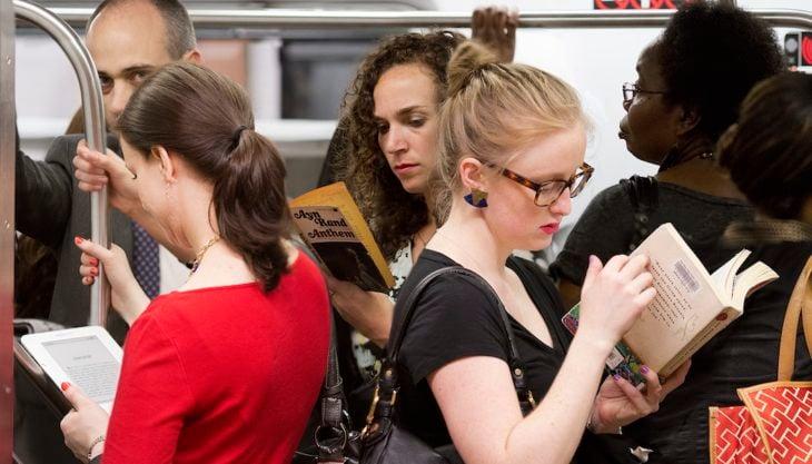 personas leyendo en el metro