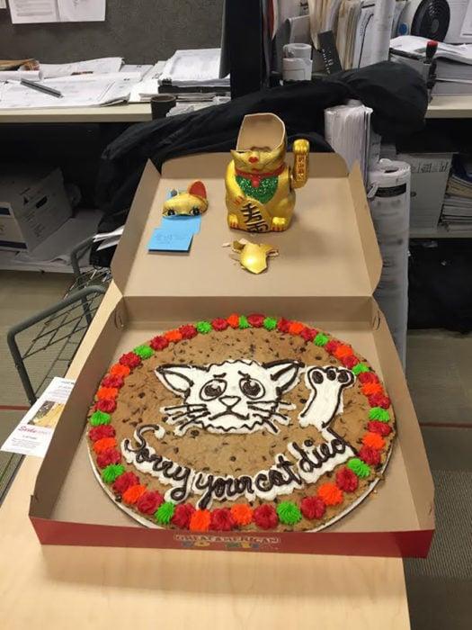 pastel con un gato de decoración