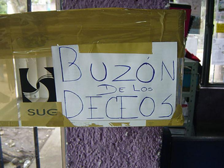cartel buzón de los deseos mal escrito