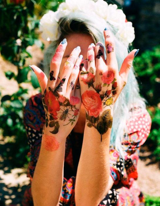 tatuaje de flores en las manos