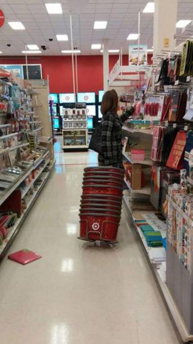 señora en supermercado