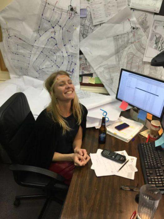 mujer cerveza en el escritorio
