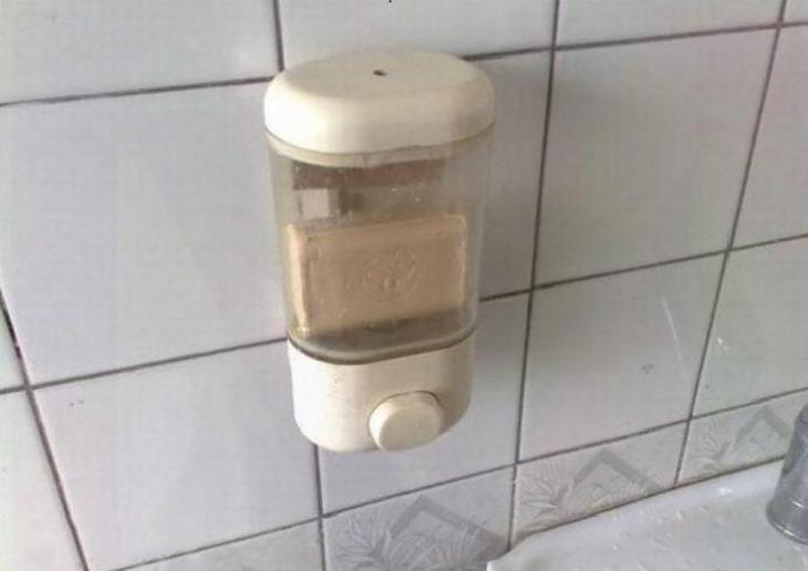 jabón en barra dentro de un dispensador de jabón líquido