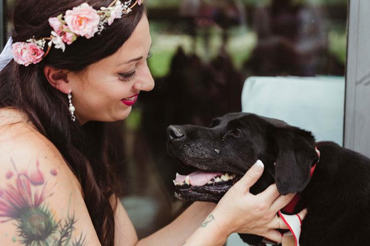 mujer sonriendo a su perro